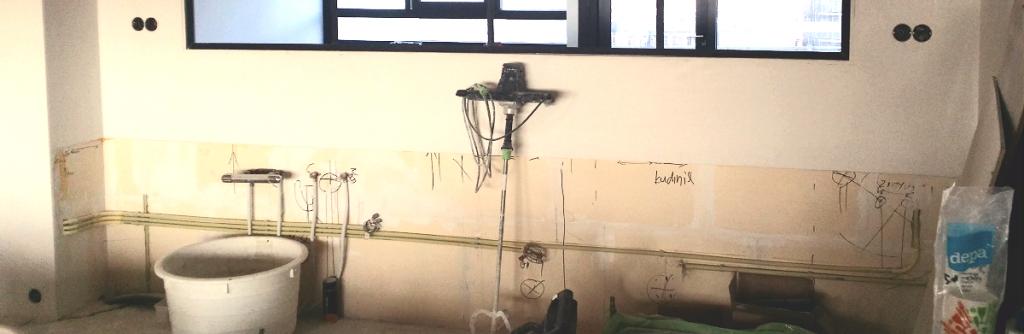 Leidingwerk aanleggen (water en elektriciteit) als voorbereiding op de keukenplaatsing