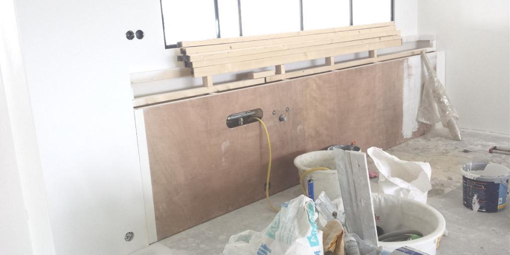 Houten frame ter voorbereiding op plaatsing nieuwe keuken