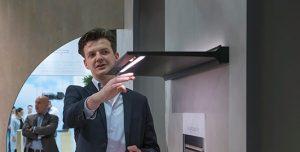 Verlichting in het keukenontwerp: Afzuigkap verlichting bedienbaar met handgebaren van Jansen & De Bont – beurs Imm Cologne 2019