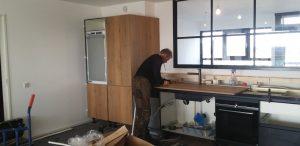 Keuken montage – Plaatsing van een zwarte keuken door keukenmonteur René