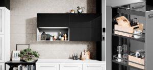 Basiselementen van de keuken: Häcker keukenkasten en keukenlades als de apothekerskast en bovenkasten.