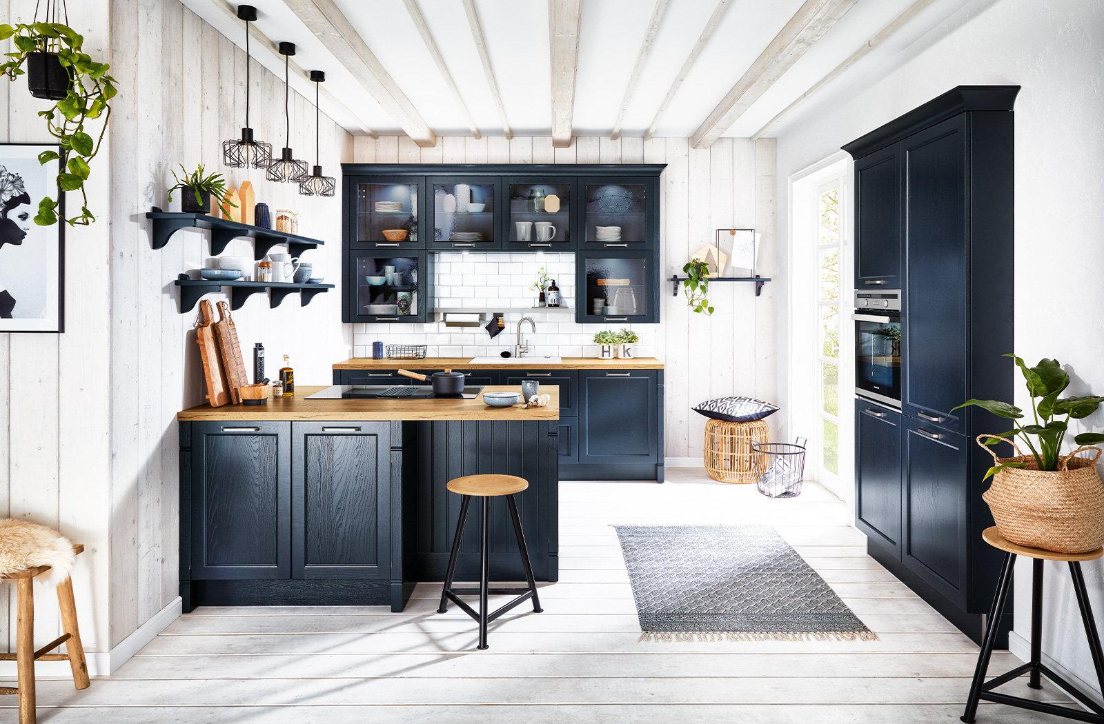 Blauwe landelijke keuken met schiereiland, Häcker keuken Bristol fluweelblauw
