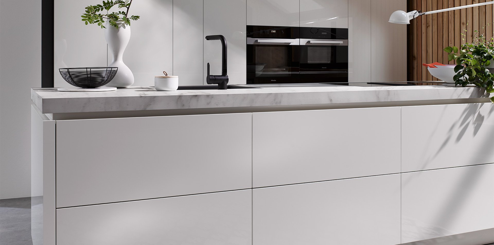 Witte keuken met witte keellijsten - Häcker design keuken AV 2030 GL
