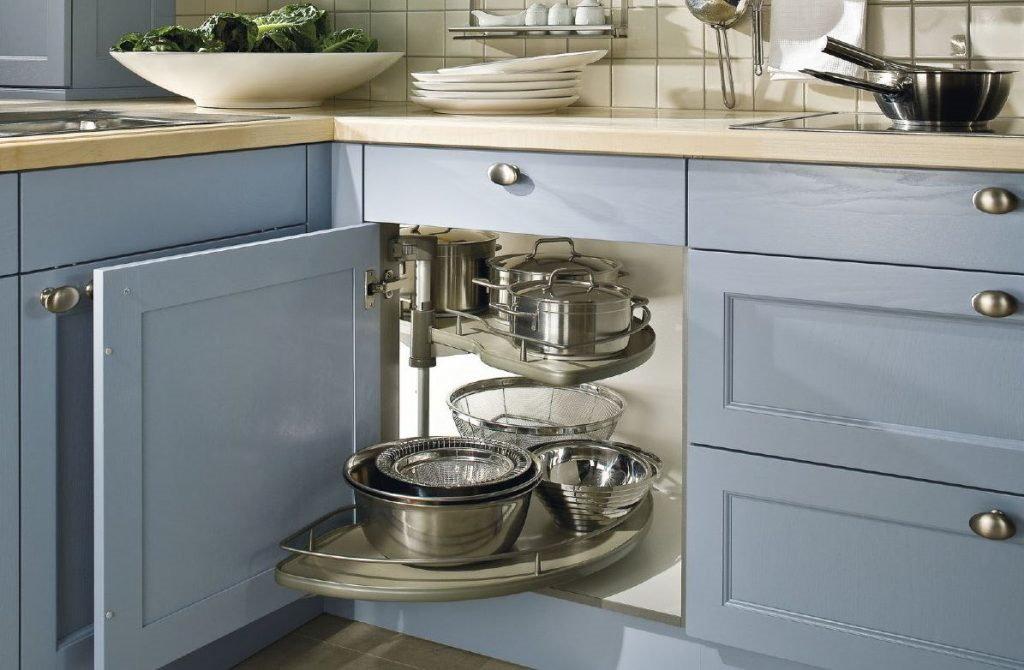 Lichtblauwe keuken met LeMans hoekkast – Häcker landelijke keuken agaatblauw