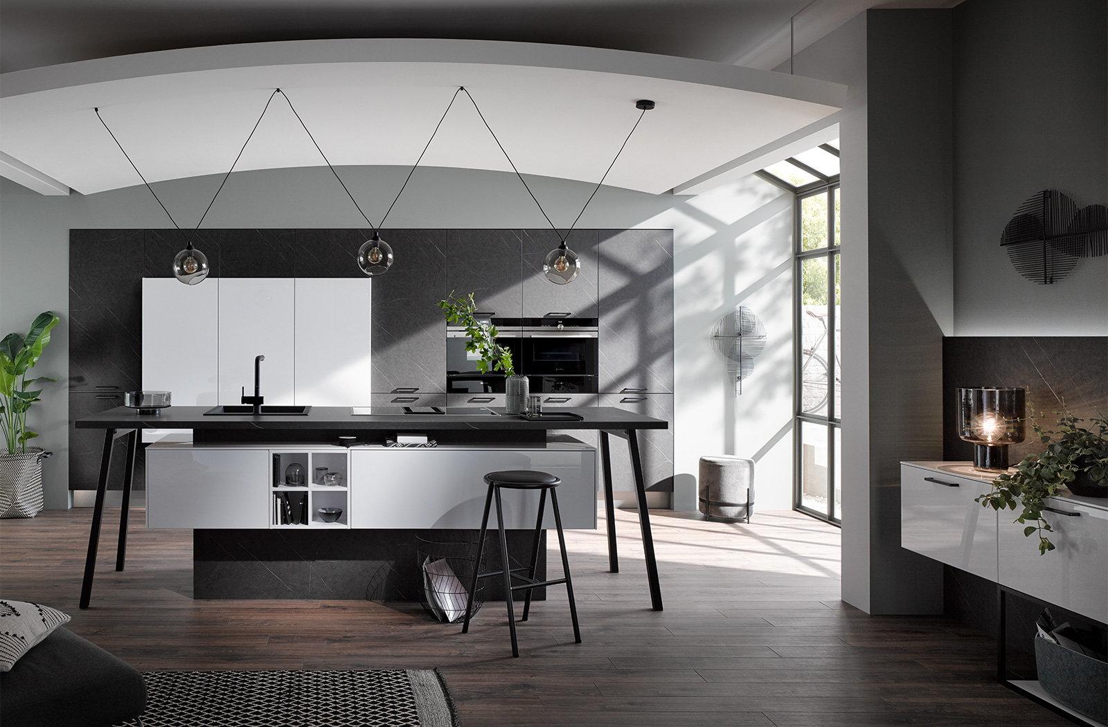Design parallel keuken met keukenblok in tafel vorm, Häcker keuken 2045 4030 donker marmer wit