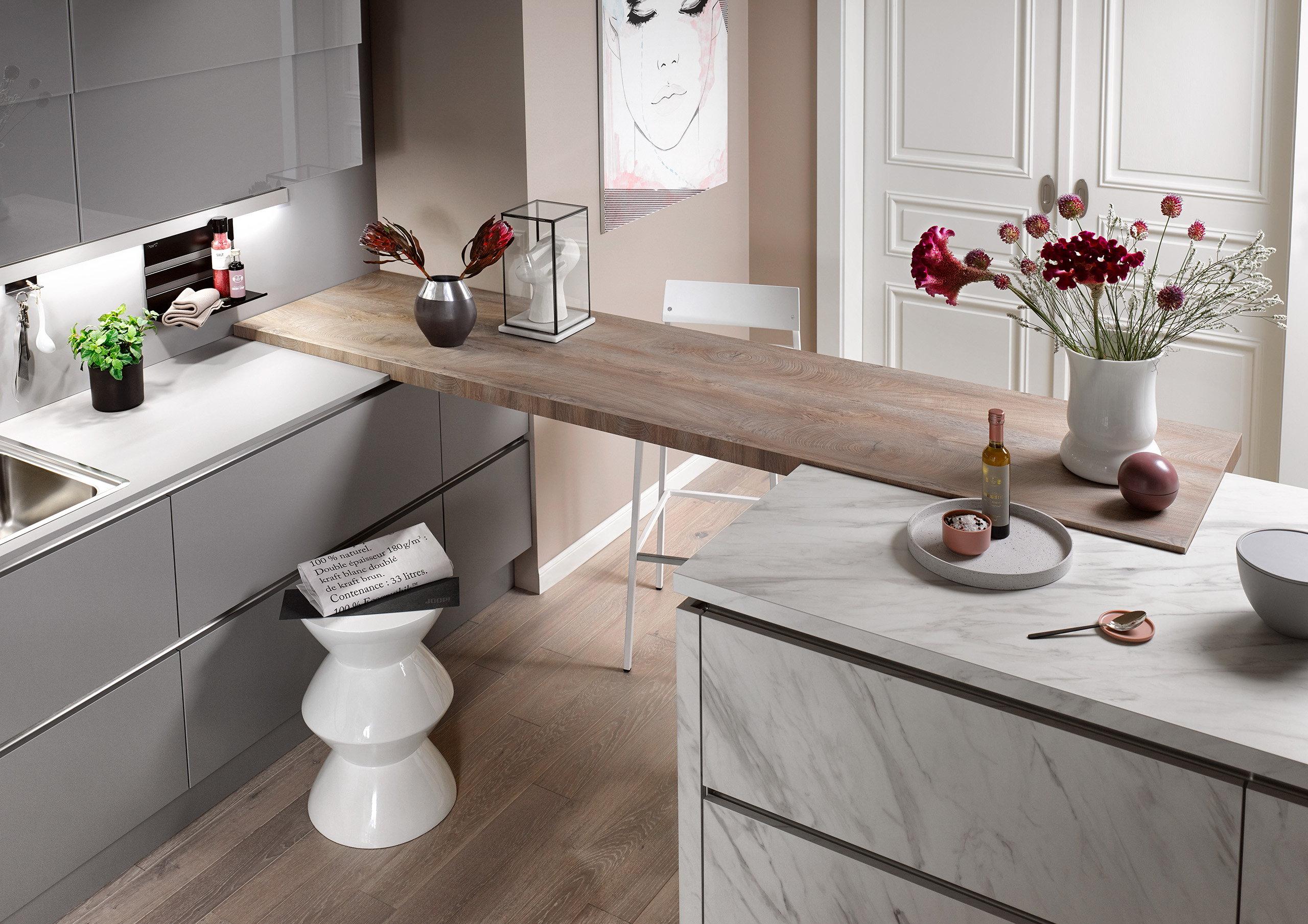 Moderne grijze keuken met marmerlook PerfectSense keukenblad en lade fronten, Häcker keuken Merkur GL Carrara wit M2