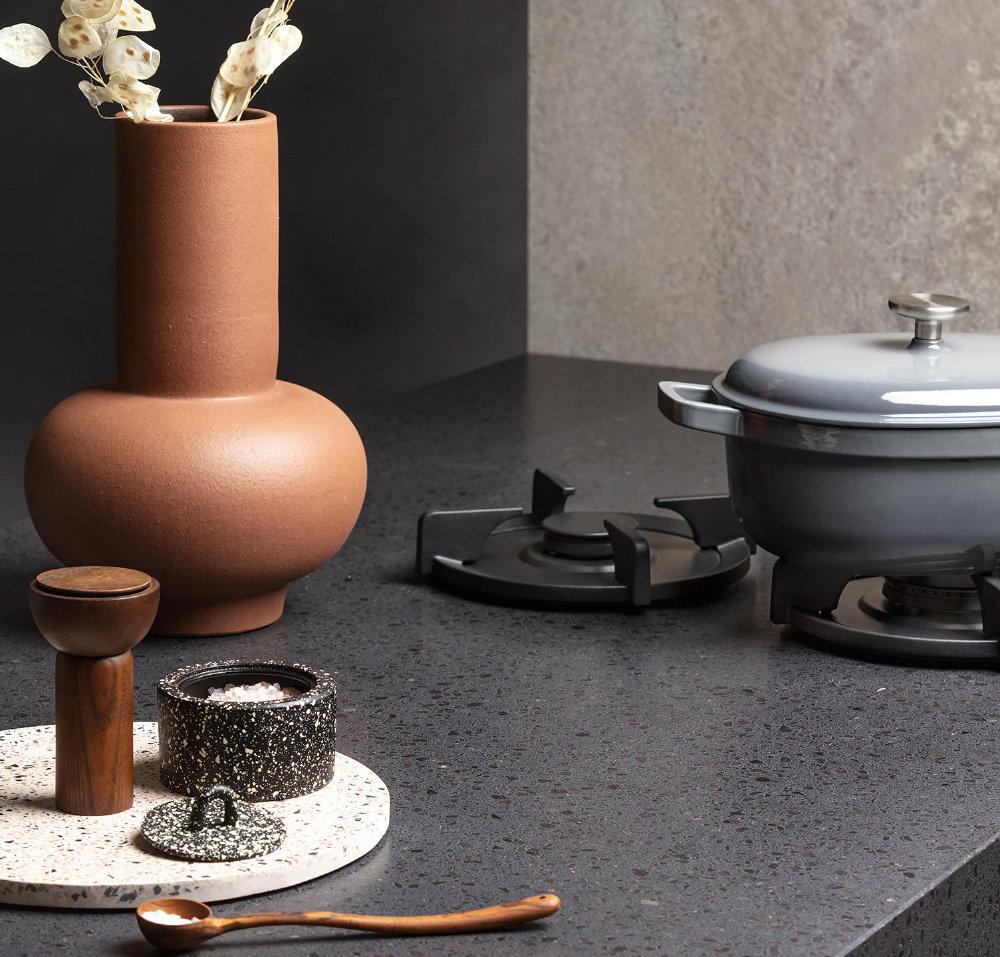 PITT cooking zwarte gasbranders, Evora Quartz composiet keukenblad, Dekker Zevenhuizen
