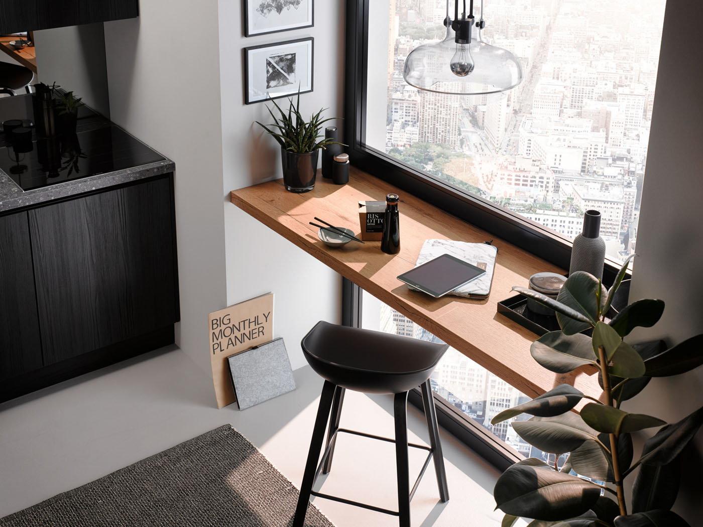 Eiken decor bureau in zwarte keuken met witte kastenwand – Häcker keuken Toronto