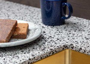 Zwart wit Composiet terrazzo keukenblad Evora Quartz Naga