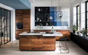 Design keuken met kookeiland, Häcker houten keuken met gekleurde keukenkasten