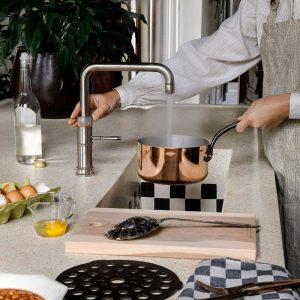 Grijze modern klassieke keuken met Quooker Classic Fusion kokend-water-kraan & tegel spoelbak