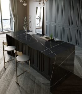Luxe keuken met zwarte natuursteen composiet werkblad en zijpanelen – Silestone Eternal Noir