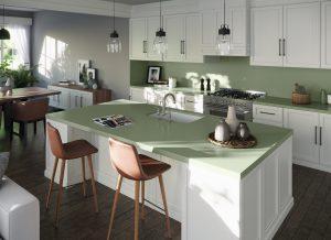 Witte landelijke keuken met een groen composiet keukenblad, Silestone Sunlit Days Posidonia