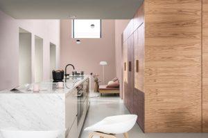 Marmer keuken met houten kastenwand – Muren geverfd met Flexa Brave Ground en roze/grijs tinten