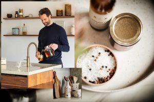 Landelijke accessoires als aardewerk servies, H&M Home broodplanken, pollepel pot en Quooker Patina kokend-water-kraan