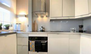 Licht grijze glazen keuken achterwand op maat