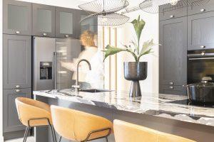 Natuursteen kookeiland blad in grijze luxe keuken Hamptons